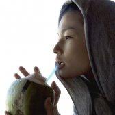 Kimberly Snyder beber agua de coco (de un coco real)