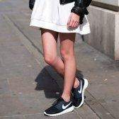 Se puede usar zapatillas de deporte con vestidos