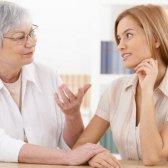 ¿Cuál es el papel de la familia en la construcción de confianza en un matrimonio de conveniencia?